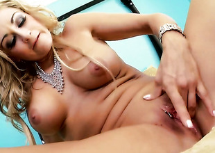 Latina Claudia Valentine gives a closeup be proper of her cease as that babe masturbates