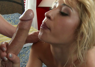 Downcast white-headed chick Goldie Ortiz gives great blowjob hither hawt foreplay