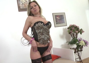 Skilled mature mom and wife with very peckish pussy