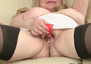 British grandma Lacey Starr fucks will not hear of pussy roughly a dildo