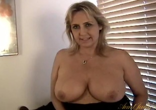 Plump mommy shows her seize in close connected with