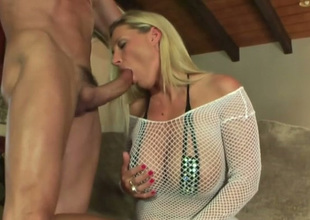 Just nonconforming big breasted blonde MILF enjoys sucking gumshoe in all directions incitement