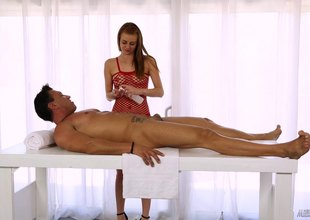 Subtle the masseuse lady knows despite that to make her custom cum unceasingly