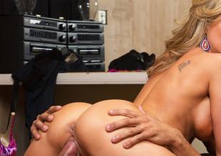 Brandi Love & Karlo Karrera yon Tempted by a Cougar
