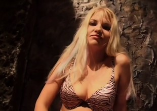 Ugly blonde honey acquires her selfish a-hole stretched abroad and loves it