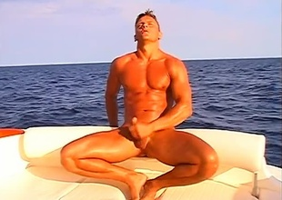 Leslie Manzel relaxes alone in a prominent rubber raft, satisfying themselves below the ocean's sun, in this 8 minute toute seule scene.  If alfresco scenes are serene, there's no thing that suspends time quite like a gorgeous rod forth a big cock, stroking themselves on th