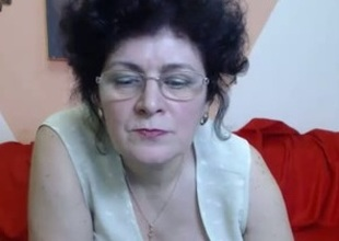Mature sunless disrobes with the addition of fingers her snatch in webcam show