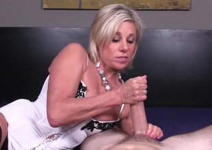 Amateur slut enjoys go to extremes handjob