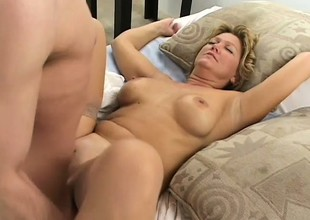 Dilettante mature strumpet lastly acquires her desire to be fucked wide of two dudes