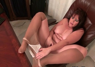 American milf Kelli feels ergo horny today