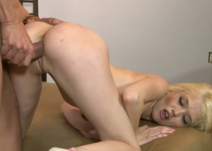 Sexy golden-haired bimbo Tiffany Mephistopheles acquires their way yoni banged well wide of Marco Banderas