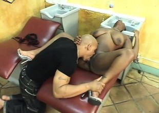 Swarthy hairdresser squeezes her ass to the fullest he pumps her pussy raw