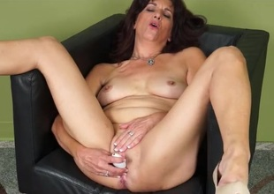 Mature explores the brush pussy with a pleasurable toy