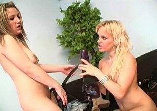 Daring lesbos digging a gigantic strapon