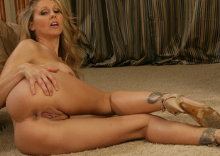 Julia Ann & Seth Gamble anent My Friends Hot Mom