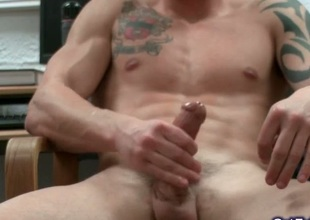 Stunning muscled coupled with tattoed chunk jerking