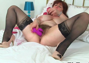 English mum Tori works her hairy pussy involving a dildo